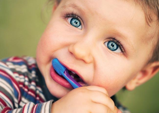 Πότε πρέπει να αγοράσω στο παιδί μου οδοντόβουρτσα; thumbnail