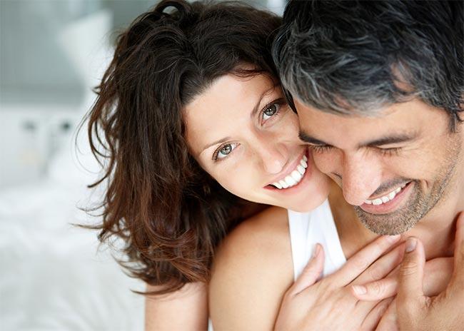 Γιατί οι άνδρες μετά τα 50 αναζητούν μικρότερες; thumbnail