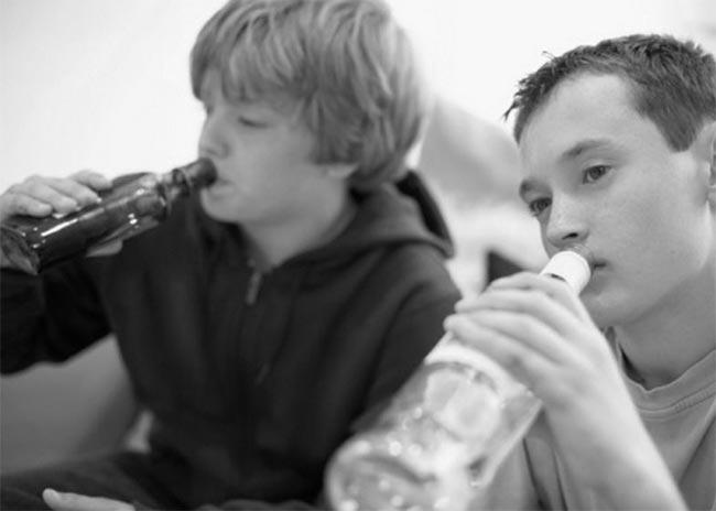 Γιατί οι έφηβοι στην Ελλάδα ξεκινούν πίνουν πριν τα 13; thumbnail
