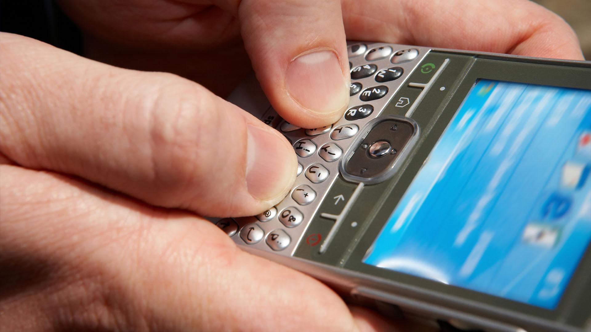 Ψάχνουν και οι άνδρες τα κινητά των γυναικών;  thumbnail