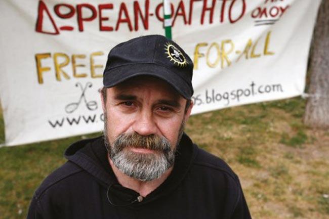 Ταΐζει 3000 Αθηναίους με το υστέρημά του! thumbnail