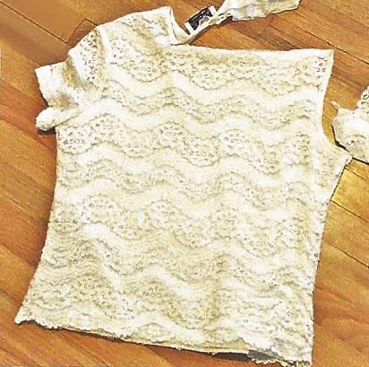943c5344e835 Γυρίστε την μπλούζα ανάποδα. Κρατώντας καλά τα δύο κομμάτια ύφασμα μαζί  ράψτε σε ευθεία γραμμή
