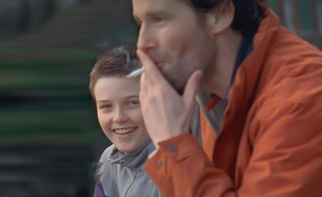 Οι γονείς μαθαίνουν το τσιγάρο στα παιδιά, όχι οι φίλοι.  thumbnail