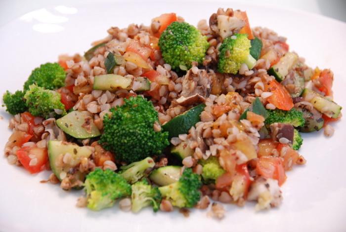 Ελαφριά σαλάτα με ψημένα λαχανικά και μπρόκολο! thumbnail