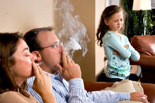 Το παθητικό κάπνισμα οδηγεί στην άνοια! thumbnail