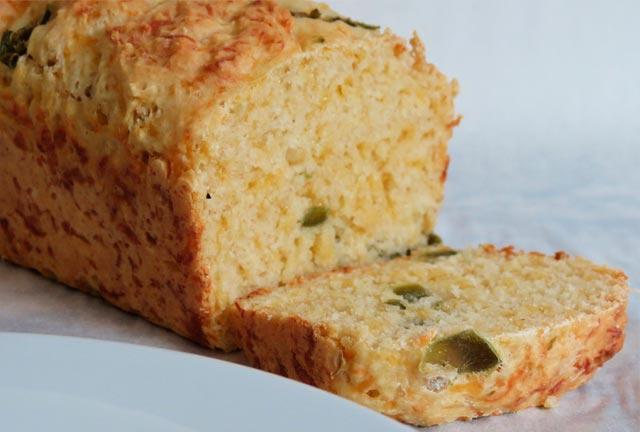 Φτιάξτε ζυμωτό ψωμί με γέμιση από τυρί και πιπεριά! thumbnail