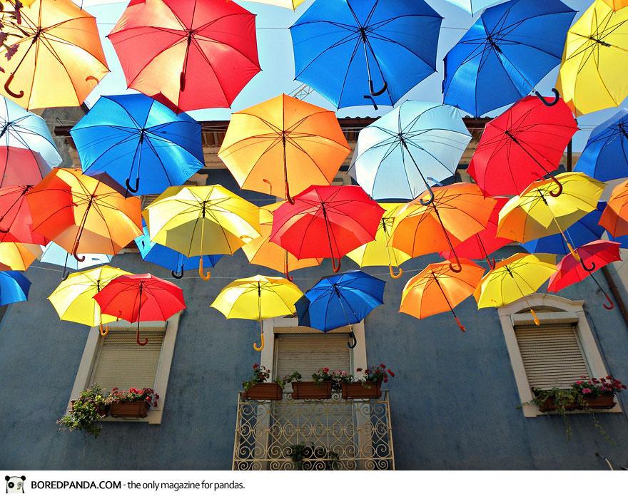 Ένας υπέροχος δρόμος γεμάτος... ομπρέλες! thumbnail
