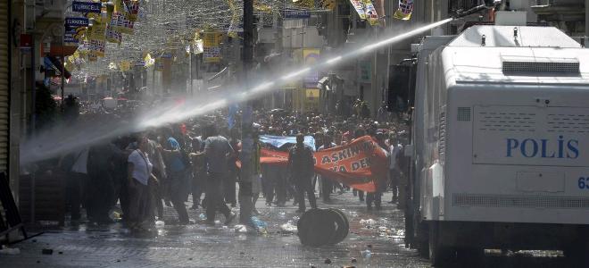 Νέα επεισόδια στο πάρκο Γκεζί – Δακρυγόνα κι αντλίες νερού από την αστυνομία thumbnail