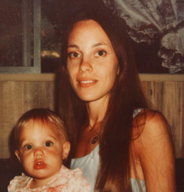 Φωτογραφίες: Πως ήταν η Τζολί μικρή; thumbnail