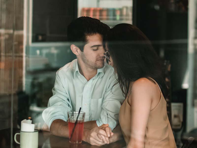 Πώς να κάνεις ένα κορίτσι να σε φιλήσει αν δεν βγαίνεις ραντεβού υπότιτλος Ινδονησία ελπίδα για dating