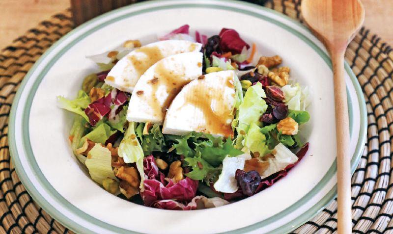 salata-me-kranberi-kai-karidia