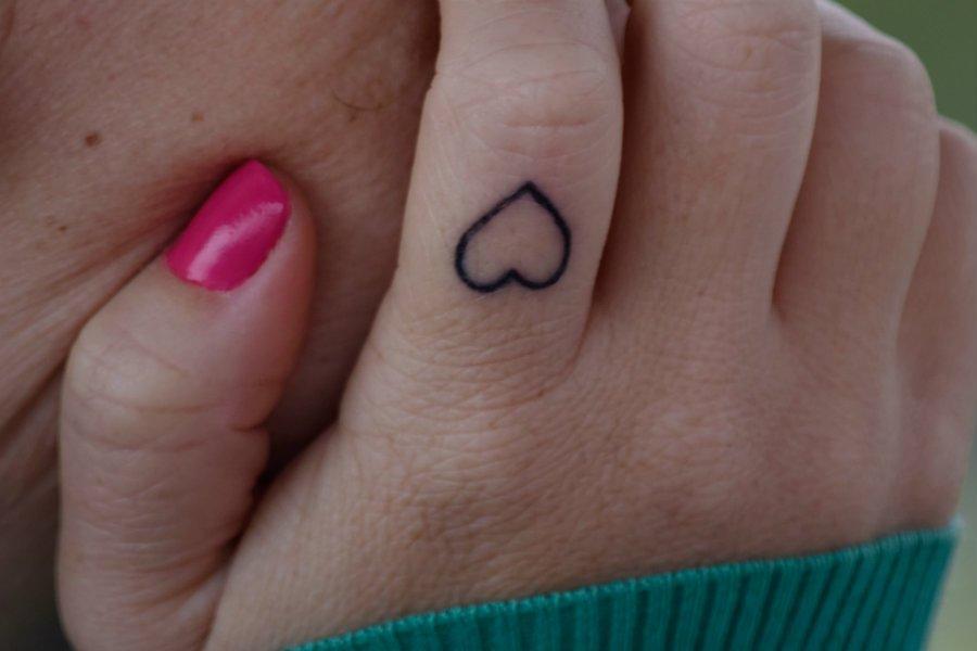 finger tatoo