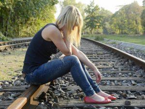 gunaika kathetai stiw grammes tou trenou