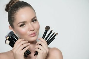 girl contouring make up pinela
