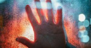Σύνδρομο-της-Στοκχόλμης:-Τι-είναι,-σε-ποιες-περιπτώσεις-συμβαίνει-και-ποια-τα-συμπτώματα;