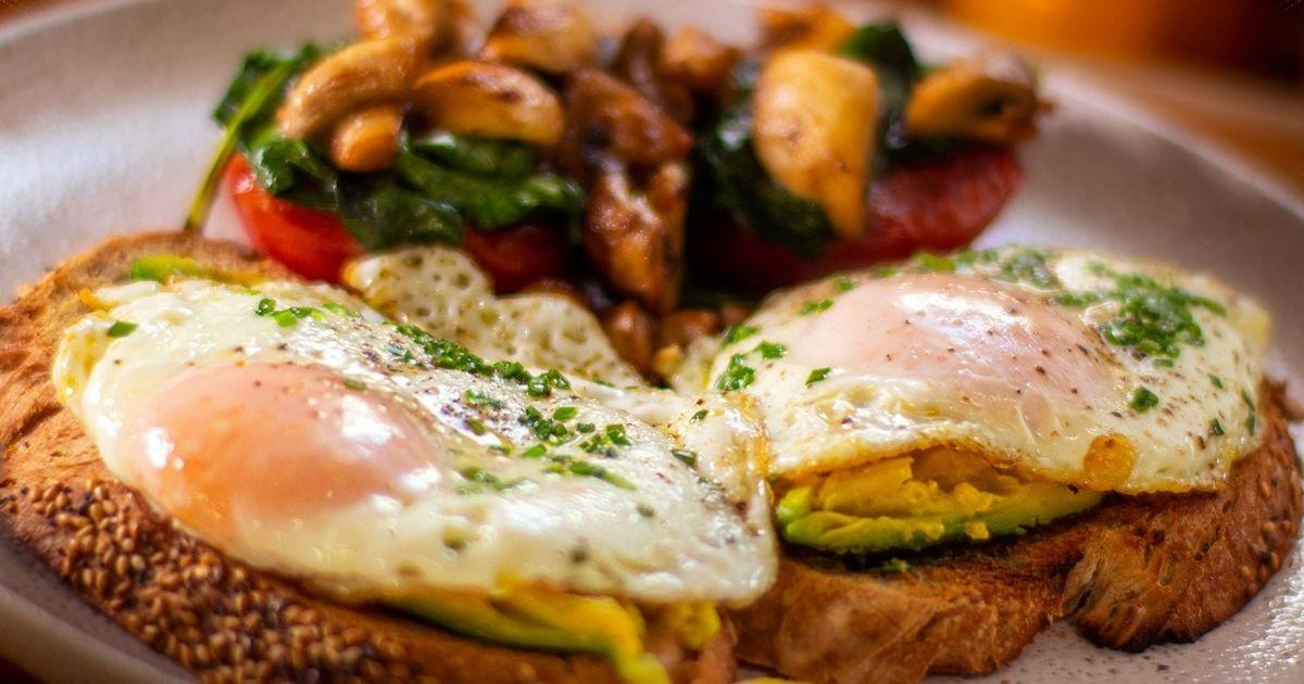 Ξεκίνησε-τη-μέρα-σου-με-το-πιο-δυναμωτικό-πρωινό.-Φρυγανισμένο-ψωμί-με-τηγανητά-αυγά,-αβοκάντο,-ντομάτες,-μανιτάρια-και-σπανάκι