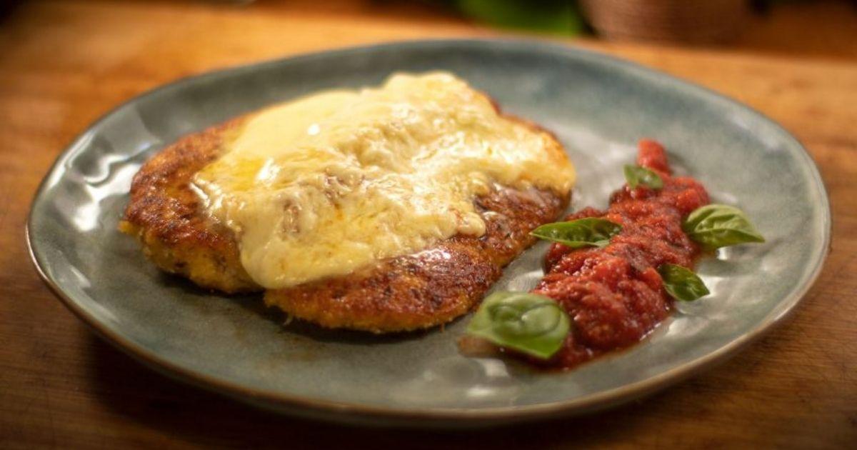 Σνίτσελ-κοτόπουλο-παρμεζάνας-με-σάλτσα-ντομάτας-και-λιωμένη-μοτσαρέλα