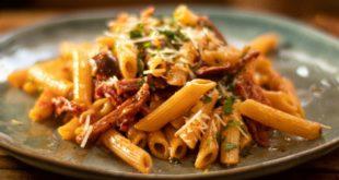 Πέννες-σε-μια-σάλτσα-ντομάτας-από-σαλάμι,-λιαστές-ντομάτες-και-ελιές.-(Σε-15-λεπτά)