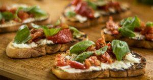 Αυθεντική-Ιταλική-μπρουσκέτα-με-κατσικίσιο-τυρί-και-λιαστή-ντομάτα