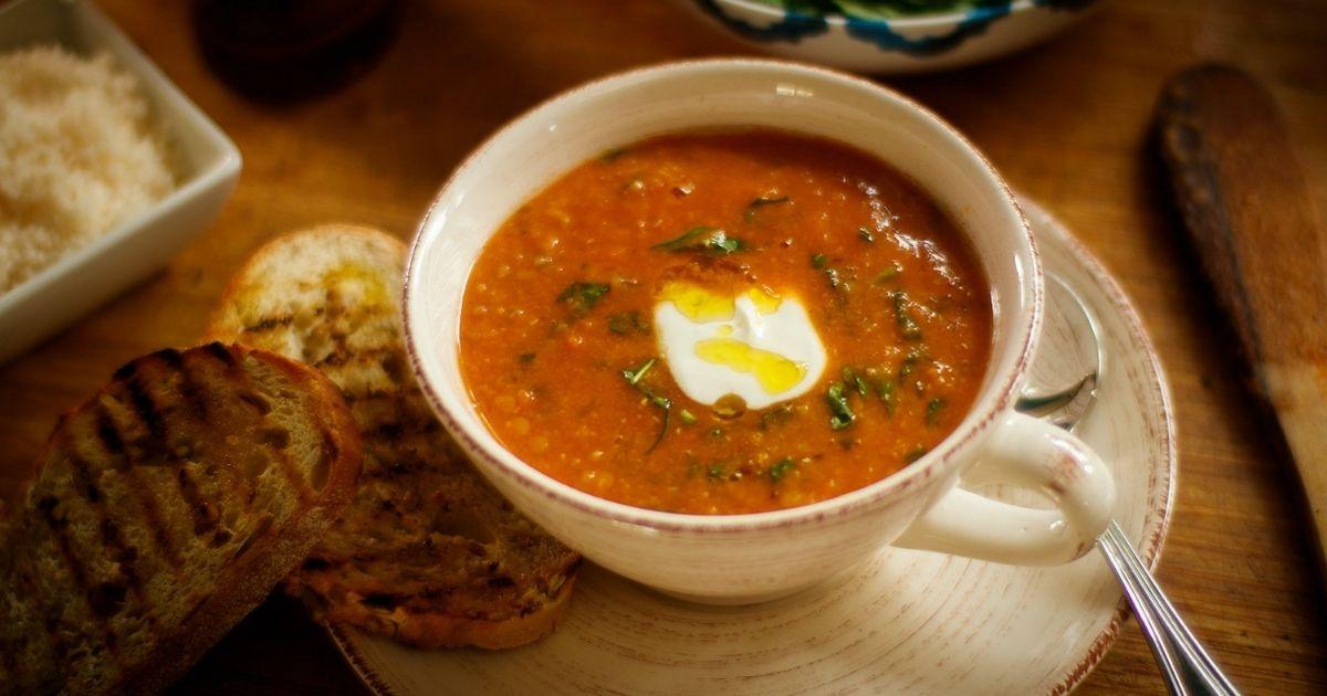 Σούπα-από-κόκκινες-φακές,-σπανάκι-και-γιαούρτι