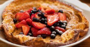 Ολλανδικά-pancakes-στο-φούρνο,-με-μούρα-και-άχνη-ζάχαρη