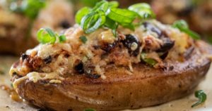 Πατάτα-φούρνου-γεμισμένη-με-κατσικίσιο-τυρί,-ελιές-και-λιαστή-ντομάτα-(Μόνο-220-θερμίδες)