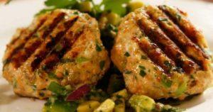 Μπιφτέκια-σολομού-με-σάλτσα-από-αβοκάντο-(Μόνο-109-θερμίδες)