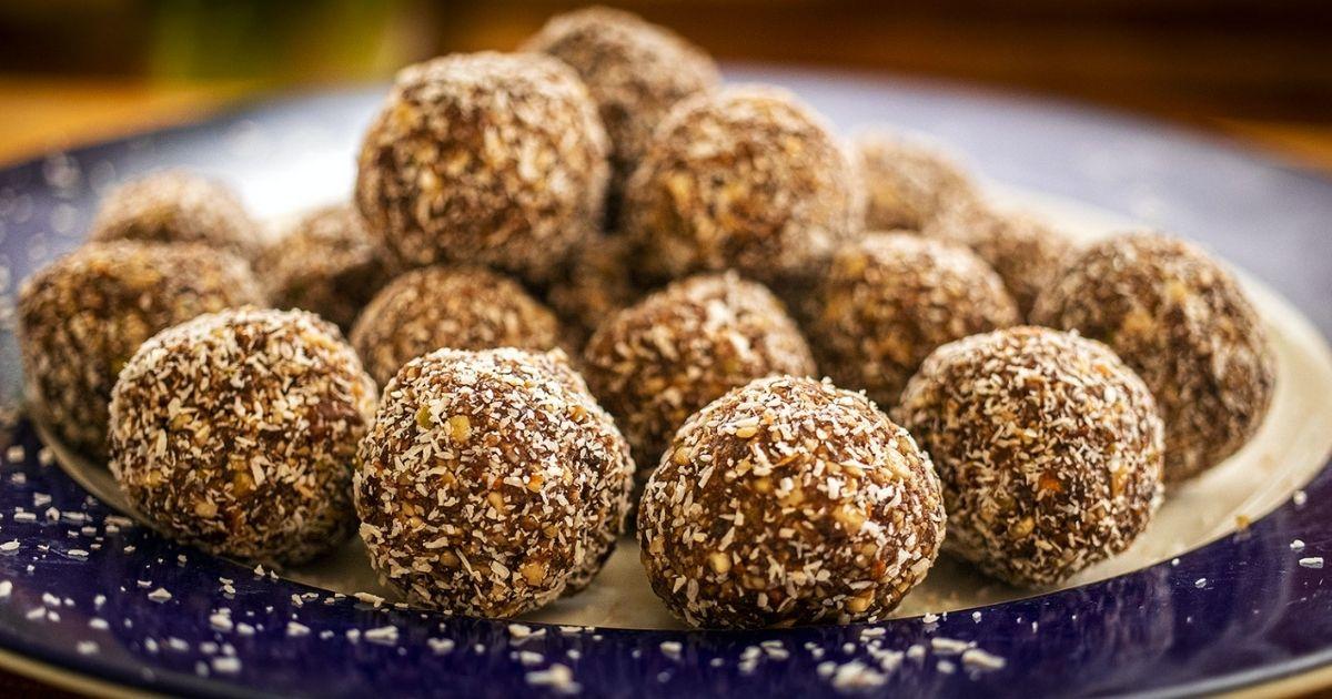 Υγιεινά-τρουφάκια-σοκολάτας-με-επικάλυψη-τριμμένης-καρύδα