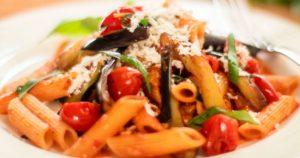 Μακαρονάδα-με-ψητή-μελιτζάνα-και-σάλτσα-ντομάτας