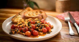 Φασόλια με ντοματίνια, σπανάκι και φρυγανισμένο ψωμί