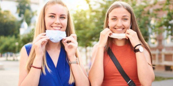 Κορίτσια βγάζουν την μάσκα τους, τέλος ο κορωνοϊός