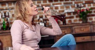 Καταθλιπτική γυναίκα πίνει αλκοόλ