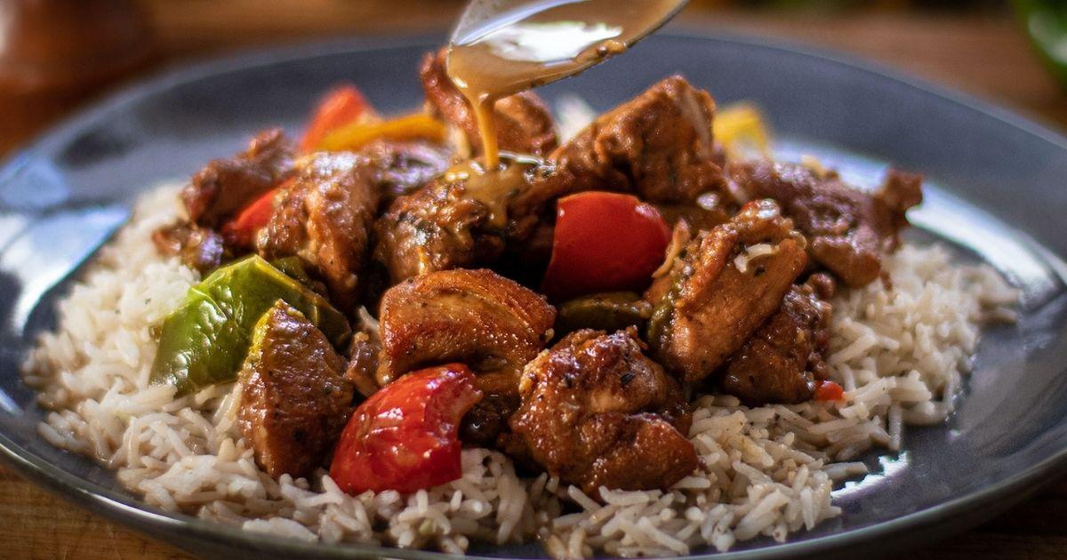 Μπουκίτσες κοτόπουλο με πολύχρωμες πιπεριές στην κατσαρόλα