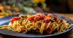 Μακαρονάδα Alla Tarantina, με μύδια και ντοματίνια στο τηγάνι