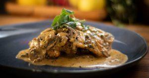 Κοτόπουλο με σκόρδο και ρίγανη μέσα σε μια σάλτσα από μανιτάρια και κρέμα γάλακτος