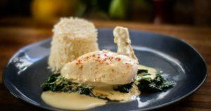 Κοτόπουλο με σάλτσα κρεμμυδιού σπανάκι και πιλάφι