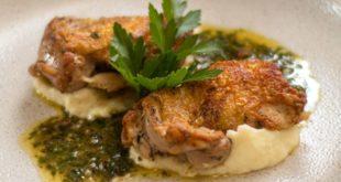 Τραγανά μπουτάκια κοτόπουλου με σκόρδο και μυρωδικά, πάνω σε πουρέ πατάτας