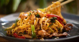 Κοτόπουλο με τηγανητά noodles και λαχανικά